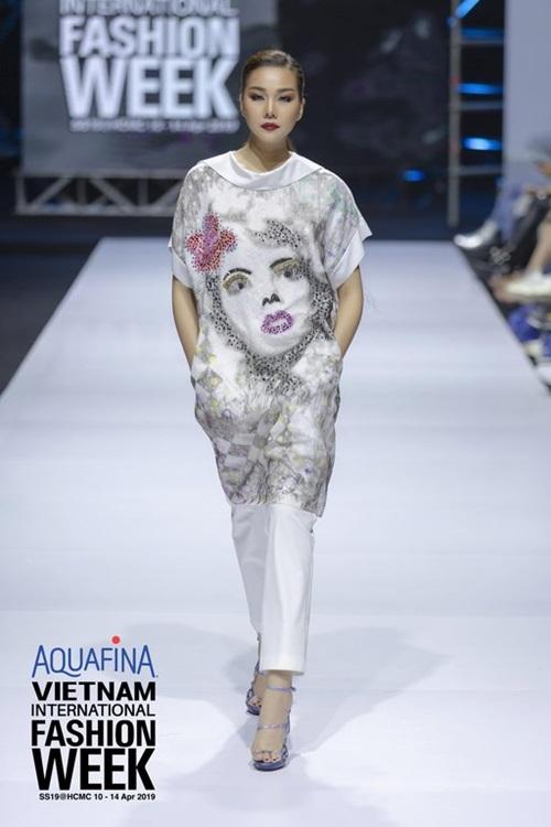 Siêu mẫu Thanh Hằng trình diễn đầy ấn tượng cho nhà thiết kế lừng danh Lie Sang Bong - Hình 1