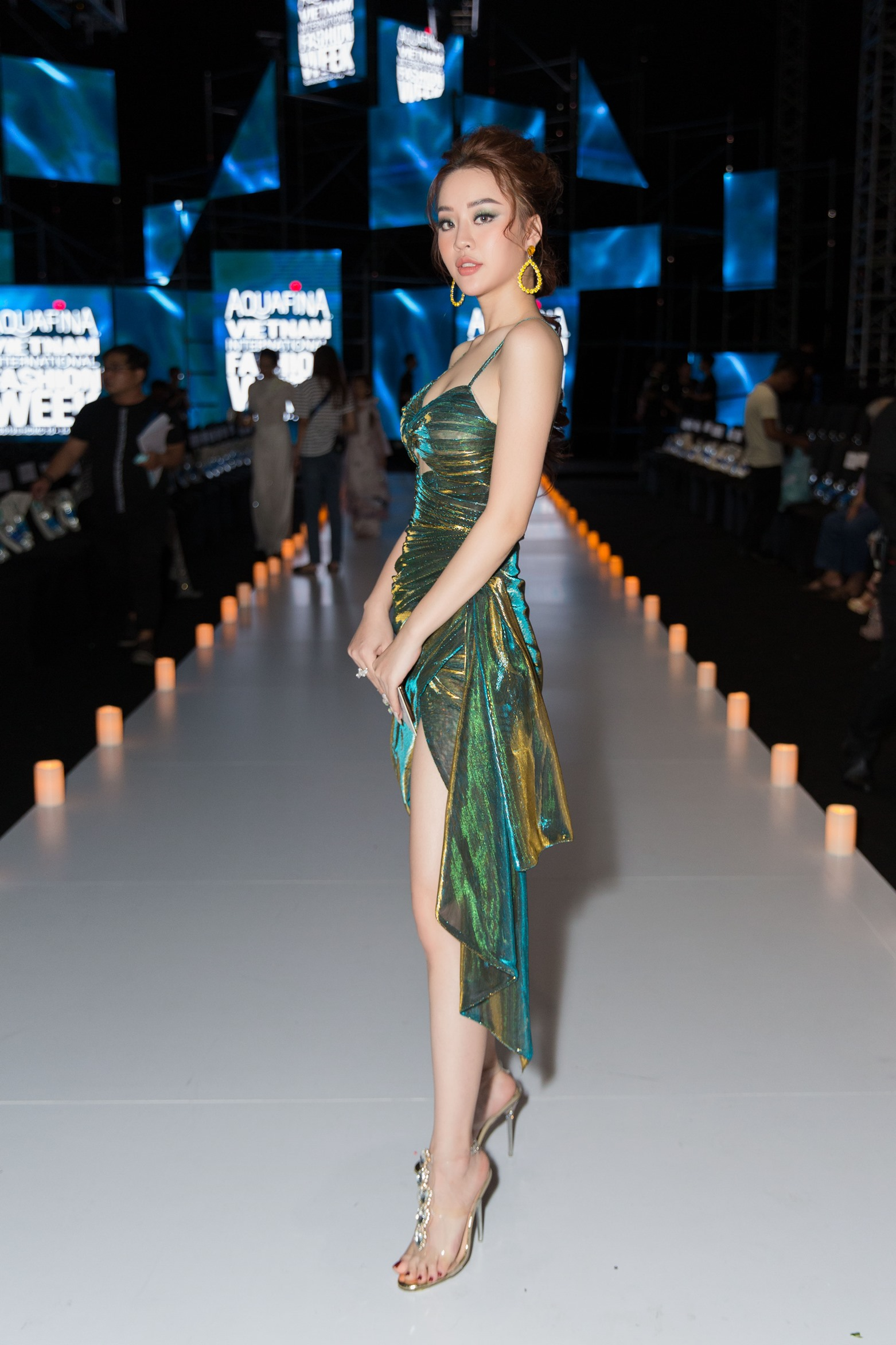 Hoàng Hải Thu diện váy cắt trên, xẻ dưới nổi bần bật dự thảm đỏ thời trang - Hình 11