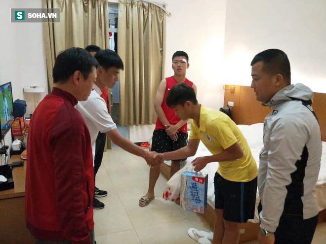 Cầu thủ Việt Nam xin lỗi đội trưởng Trung Quốc sau pha đấm thẳng mặt chảy bê bết máu - Hình 1