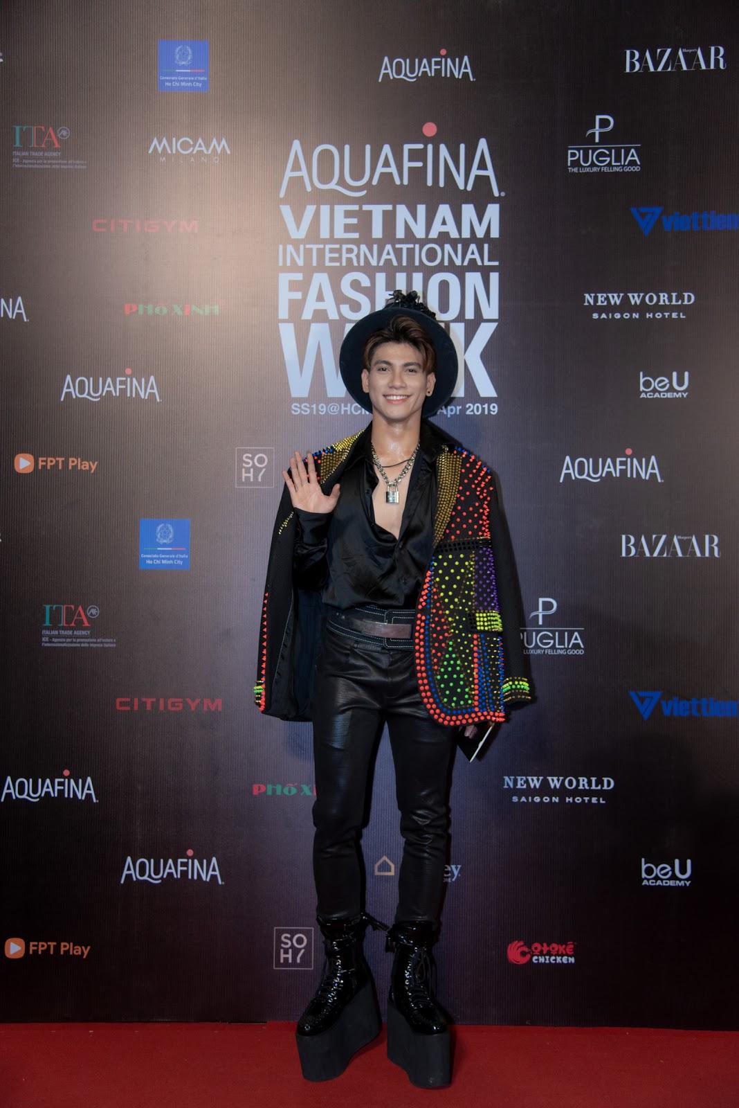 Đức Phúc mặc lạ, Thư Dung nuột nà chiếm spotlight thảm đỏ ngày cuối VNFW 2019 cùng với Trấn Thành - Hari Won - Hình 8