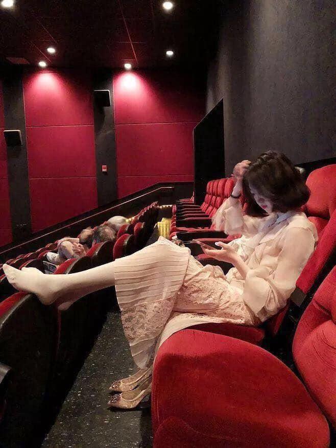 Gái xinh đi xem phim tháo cả giày gác chân lên ghế trước, dân mạng người ném đá kẻ bênh: Đẹp auto không có lỗi? - Hình 1
