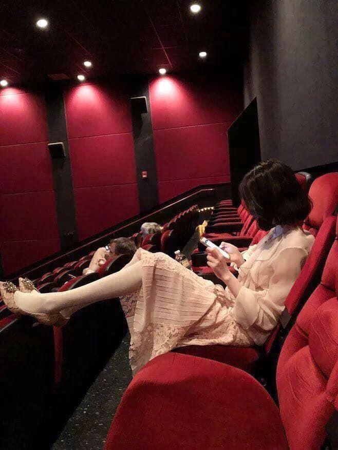 Gái xinh đi xem phim tháo cả giày gác chân lên ghế trước, dân mạng người ném đá kẻ bênh: Đẹp auto không có lỗi? - Hình 2