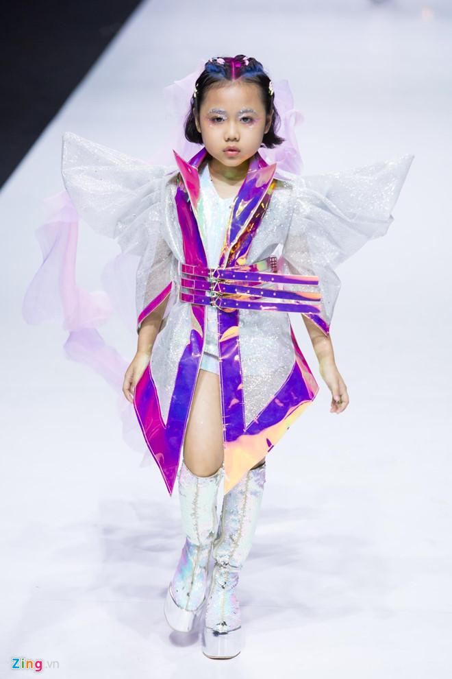 Người mẫu nhí từng được Coco Rocha khen hết lời mở màn show Ivan Tran - Thời trang,đá ủi