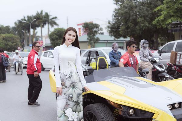 Tường Linh diện áo dài hoa sen duyên dáng nhưng lại phá cách ngồi xe mô-tô - Hình 5