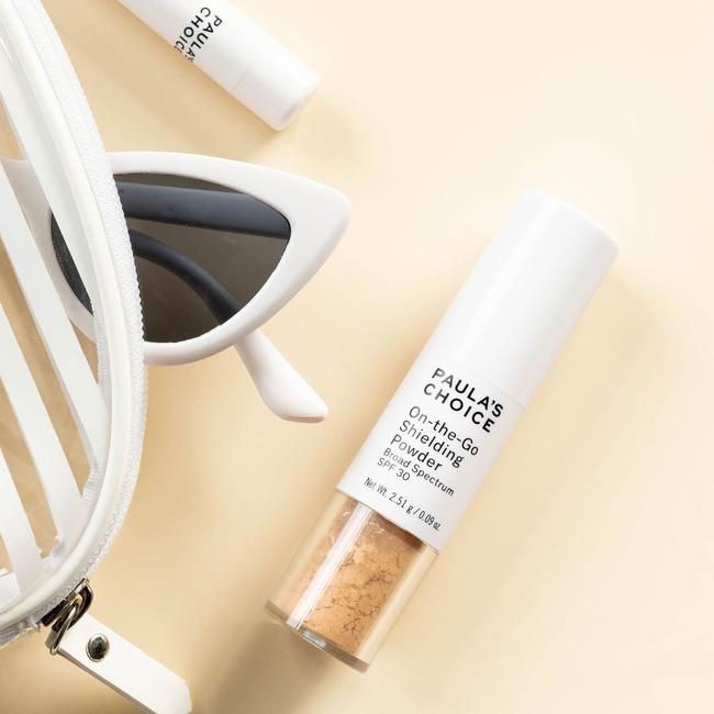 Bước thoa lại kem chống nắng sẽ tiện lợi, duyên dáng và sang hơn nếu bạn thay thế bằng sản phẩm chống nắng dạng bột - Hình 5