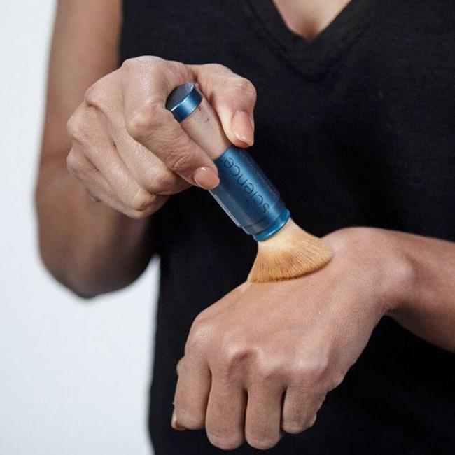 Bước thoa lại kem chống nắng sẽ tiện lợi, duyên dáng và sang hơn nếu bạn thay thế bằng sản phẩm chống nắng dạng bột - Hình 3