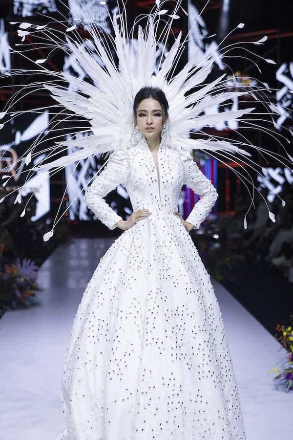 Cư dân mạng tranh luận về màn tái xuất của hoa hậu tai tiếng Trương Hồ Phương Nga - Hình 1