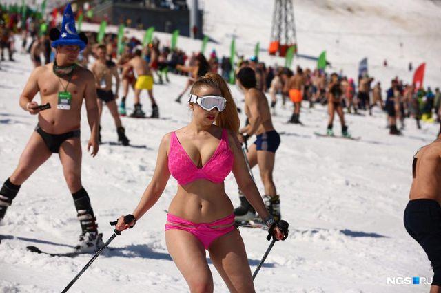 Mặc cái lạnh 15 độ C, hàng trăm cô gái xinh diện bikini trượt tuyết ở Nga - Hình 5