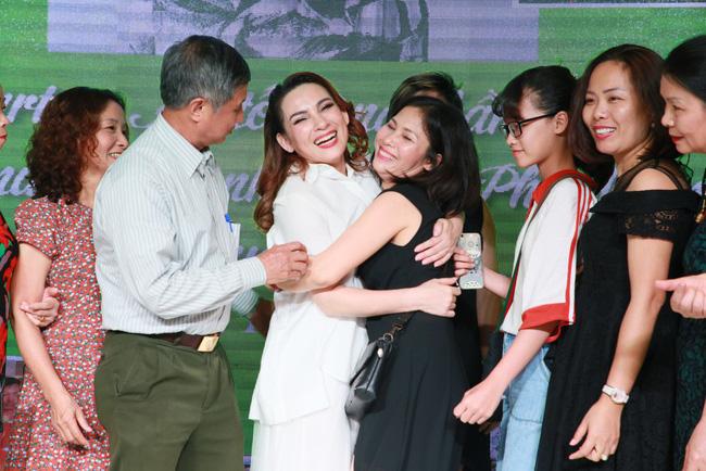 Sinh nhật tuổi 47, Phi Nhung không tổ chức tiệc xa hoa mà làm điều bình dị, ấm lòng này cho quê hương - Hình 9