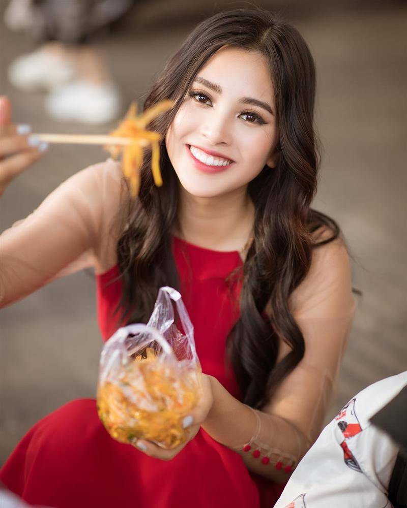 Văn Mai Hương nhí nhảnh tạo dáng với chân gà khi lê la ăn vặt vỉa hè - Hình 11