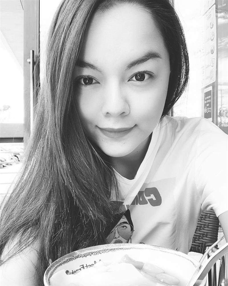 Văn Mai Hương nhí nhảnh tạo dáng với chân gà khi lê la ăn vặt vỉa hè - Hình 6