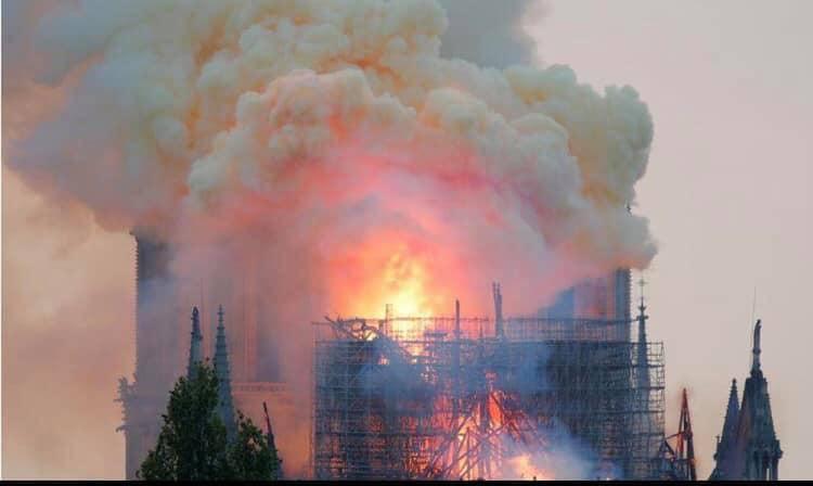 Hồ Ngọc Hà đau lòng khi chứng kiến Nhà thờ Đức Bà Paris chìm trong biển lửa: Một phần máu thịt của tôi ở đó - Hình 1