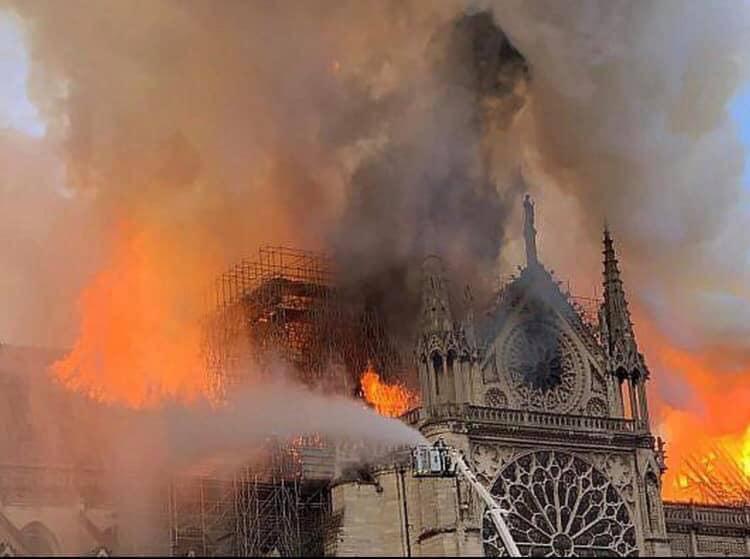 Hồ Ngọc Hà đau lòng khi chứng kiến Nhà thờ Đức Bà Paris chìm trong biển lửa: Một phần máu thịt của tôi ở đó - Hình 2