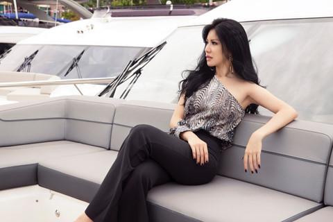 Hoa hậu hàng không thả dáng bên du thuyền triệu đô - Hình 4