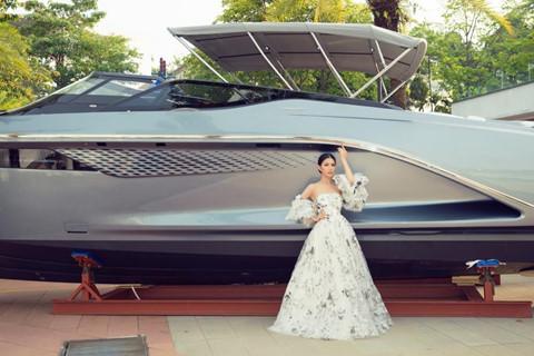 Hoa hậu hàng không thả dáng bên du thuyền triệu đô - Hình 8