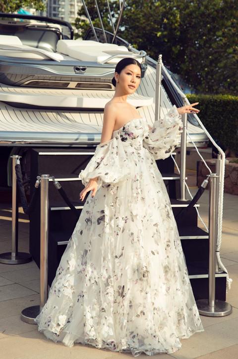 Hoa hậu hàng không thả dáng bên du thuyền triệu đô - Hình 2
