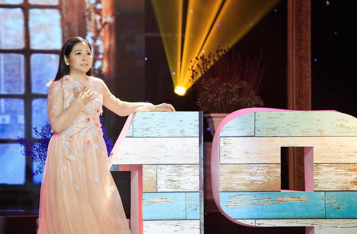 MC Quỳnh Hương ngợp trong vòng tay khán giả và nghệ sĩ ngày chia tay Thay lời muốn nói - Hình 1