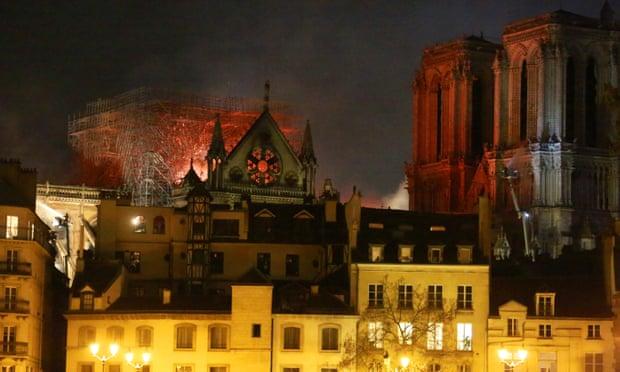 Ngọn lửa thiêu rụi Nhà thờ Đức Bà Paris đã được kiểm soát, nhưng vẫn có nguy cơ bùng phát - Hình 1