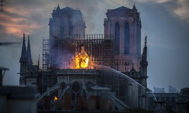 Ngọn lửa thiêu rụi Nhà thờ Đức Bà Paris đã được kiểm soát, nhưng vẫn có nguy cơ bùng phát - Hình 2