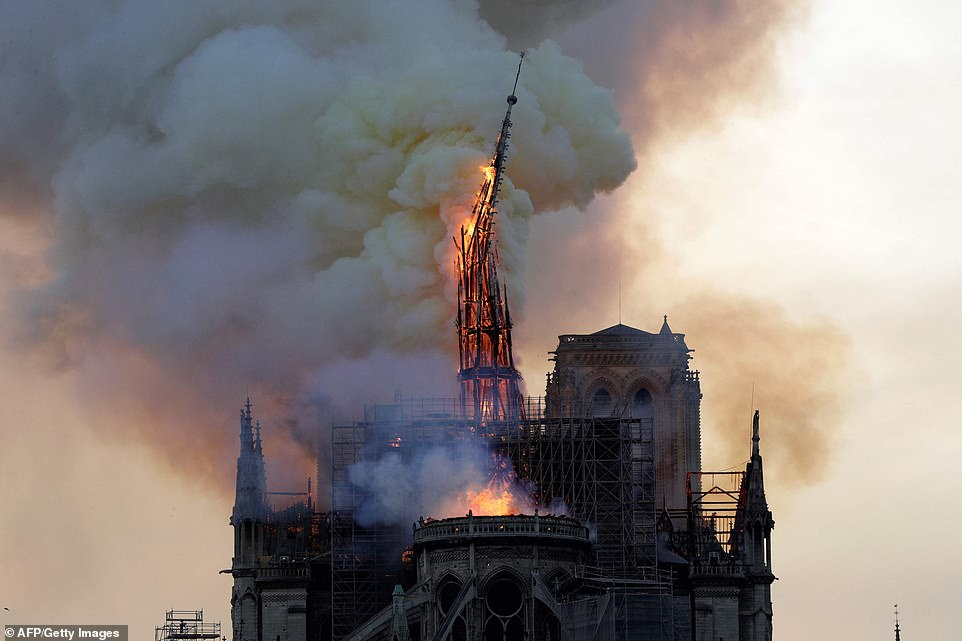 Toàn cảnh hiện trường cháy Nhà thờ Đức Bà Paris - Hình 11