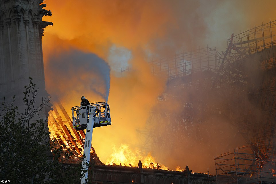 Toàn cảnh hiện trường cháy Nhà thờ Đức Bà Paris - Hình 13