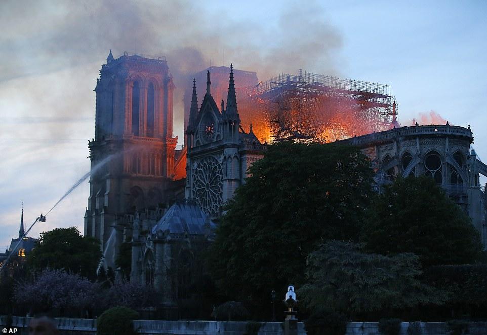 Toàn cảnh hiện trường cháy Nhà thờ Đức Bà Paris - Hình 14