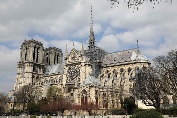 Trước vụ cháy kinh hoàng, mọi người tưởng nhớ hình ảnh Nhà Thờ Đức Bà Paris trong những phim Hollywood - Hình 1