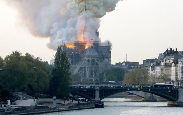Trước vụ cháy kinh hoàng, mọi người tưởng nhớ hình ảnh Nhà Thờ Đức Bà Paris trong những phim Hollywood - Hình 4
