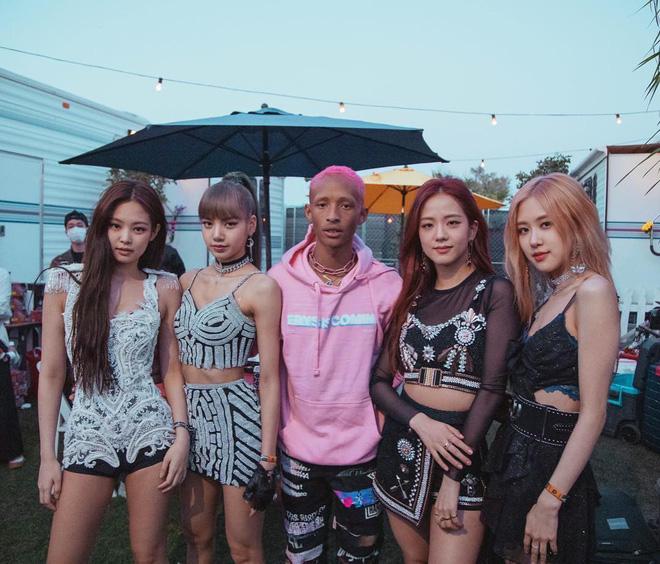 Bức ảnh hot nhất ngày: Khoảnh khắc Black Pink gặp gỡ 4 cô gái đến từ Hàn Quốc? - Hình 1