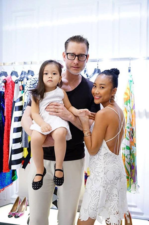Chị em nhà Đoan Trang: Chị lấy chồng Tây giàu có, em kín tiếng được đồng nghiệp nể phục - Hình 3