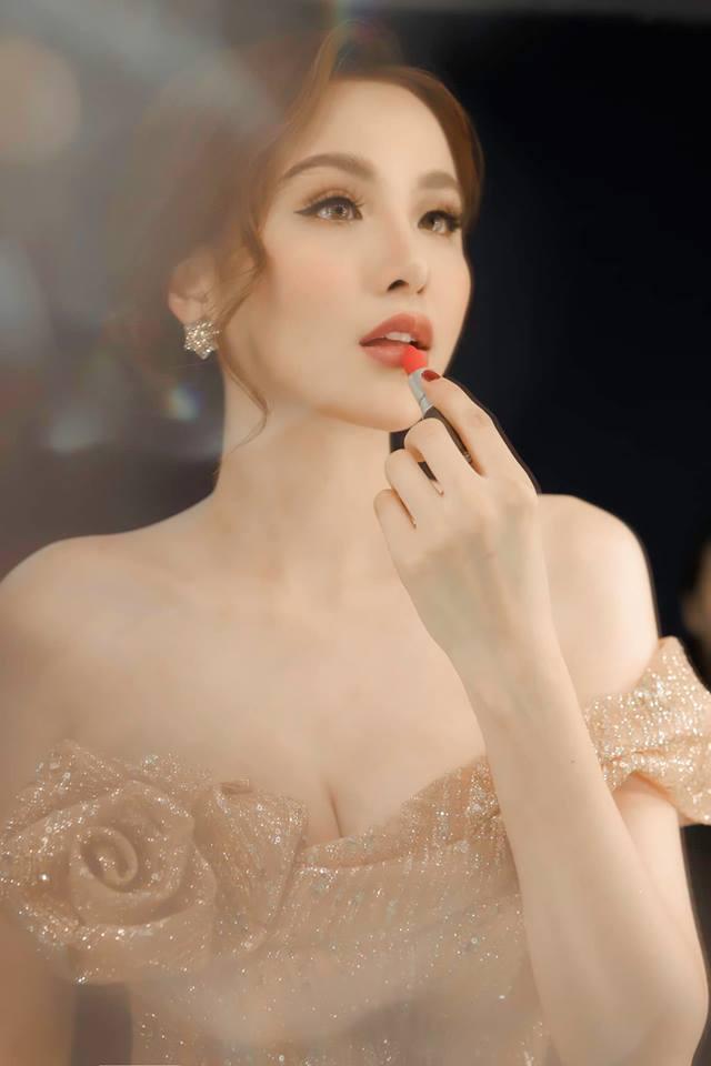 Hoa hậu Diễm Hương gây shock khi kết luận bí quyết giúp các ông chồng giúp vợ luôn vui như bồ nhí chính là Tiền - Tiền và Tiền - Hình 8