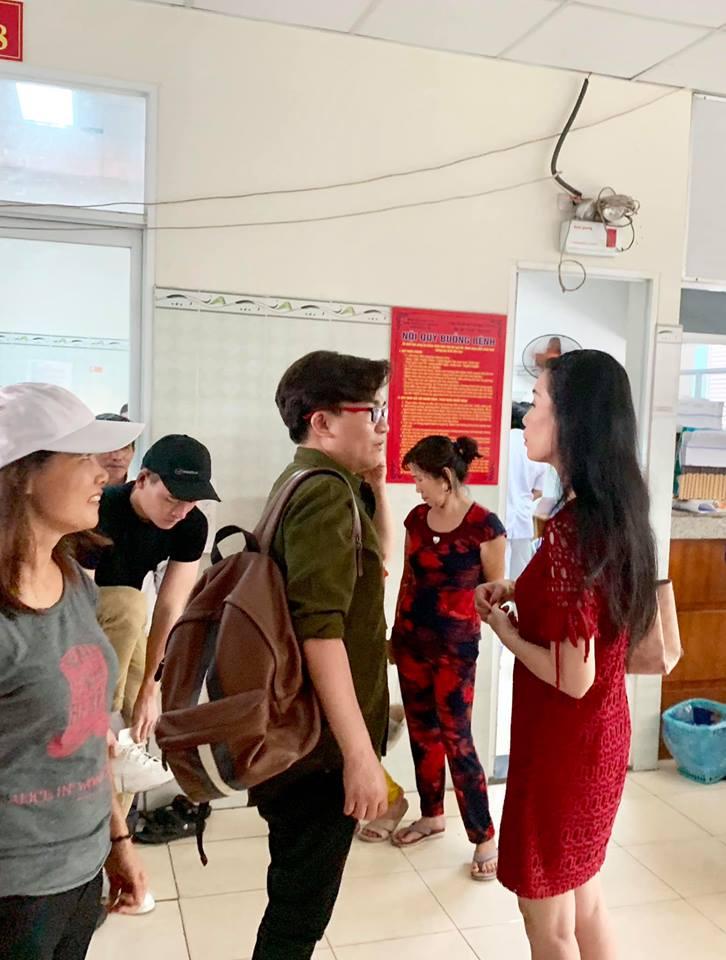 Nghệ sĩ Lê Bình bật khóc khi Trịnh Kim Chi và Đại Nghĩa đến thăm - Hình 1