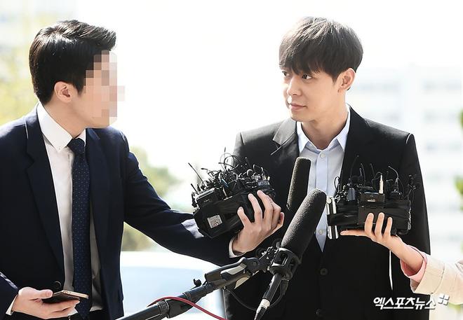 Yoochun chính thức trình diện cảnh sát trước cáo buộc sử dụng chất cấm: Gây sốc vì quá tươi tỉnh, liên tục cười mỉm - Hình 10