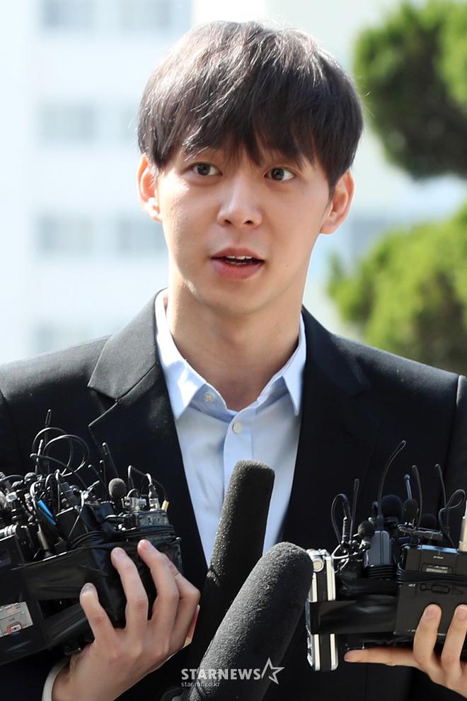 Yoochun chính thức trình diện cảnh sát trước cáo buộc sử dụng chất cấm: Gây sốc vì quá tươi tỉnh, liên tục cười mỉm - Hình 7