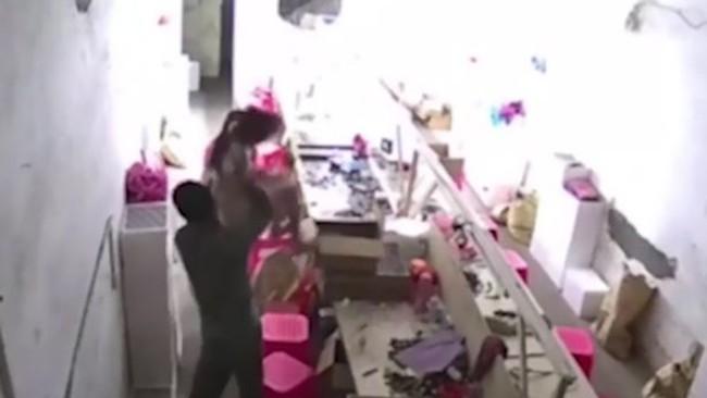 Bố thẳng tay ném con xuống đất vì dám... can mình đánh vợ - Hình 1
