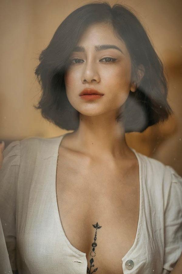 Hình xăm ngực cá tính của người đẹp Quảng Ninh từng ném danh hiệu vào xe rác - Hình 1