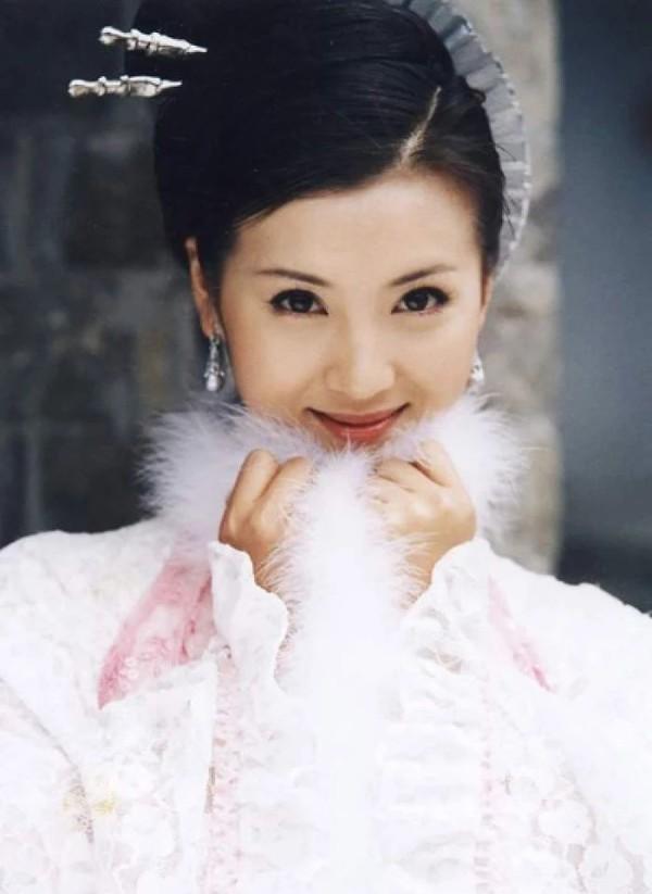 Hoài niệm về những mỹ nhân cổ trang nổi tiếng trên màn ảnh Hoa ngữ một thời - Hình 12