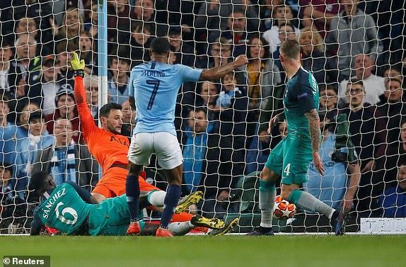 Pep Guardiola bị chế giễu vì màn ăn mừng hụt hài hước - Hình 1