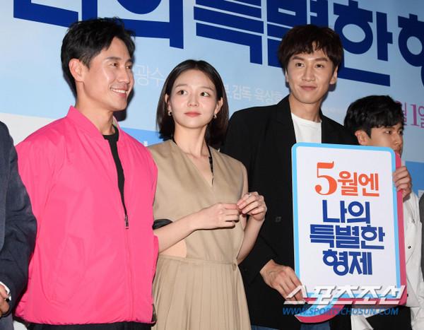 Tài tử 45 tuổi áp đảo nhan sắc Jo In Sung, cùng sao Running Man dự công chiếu phim của Lee Kwang Soo - Hình 1