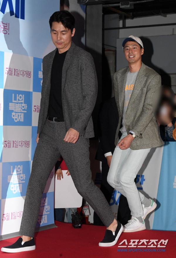 Tài tử 45 tuổi áp đảo nhan sắc Jo In Sung, cùng sao Running Man dự công chiếu phim của Lee Kwang Soo - Hình 6