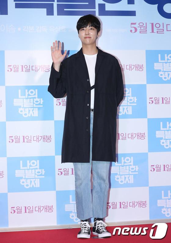 Tài tử 45 tuổi áp đảo nhan sắc Jo In Sung, cùng sao Running Man dự công chiếu phim của Lee Kwang Soo - Hình 23