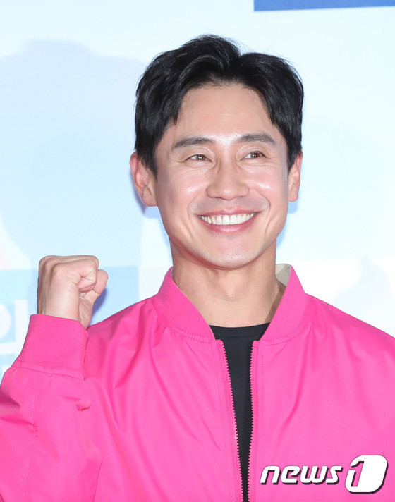 Tài tử 45 tuổi áp đảo nhan sắc Jo In Sung, cùng sao Running Man dự công chiếu phim của Lee Kwang Soo - Hình 2
