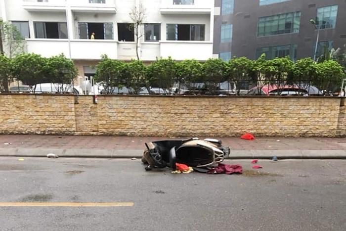 Xác người phụ nữ cạnh xe máy trên phố Hà Nội - Hình 1