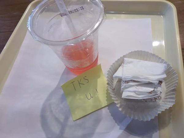 2 chữ đặc biệt trên mẩu giấy nhắn của vị khách để lại khiến nữ nhân viên phục vụ xúc động - Hình 1
