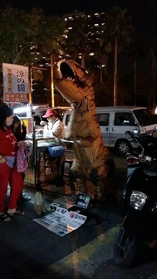 Chú khủng long bị đánh tơi tả: Mở bộ đồ bông ra ai cũng xót xa với hình hài thật - Hình 4