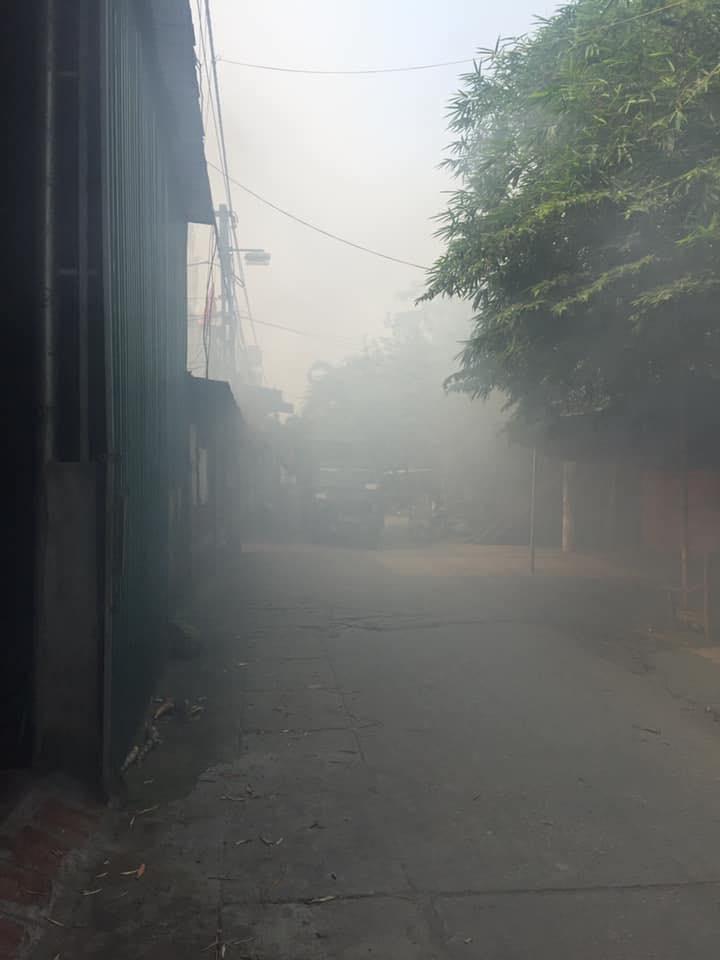 Góc nghịch dại: Đám thanh niên chơi lớn thử đốt phân bò khô khiến cả làng chìm trong khói trắng - Hình 1
