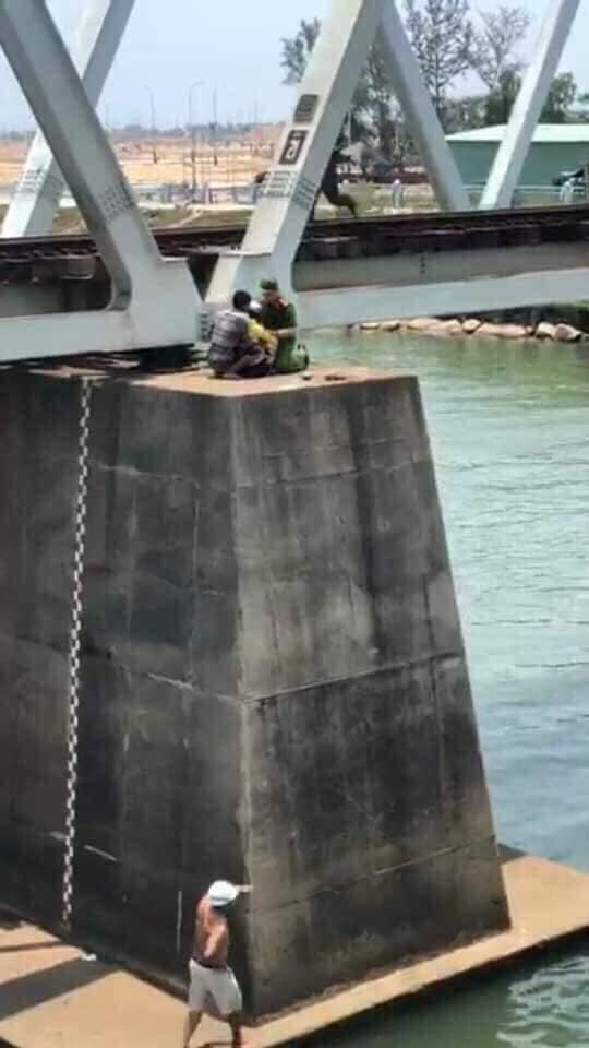 Cô gái ôm con nhảy cầu ở Tuy Hòa giữa trời nắng nóng - Hình 3