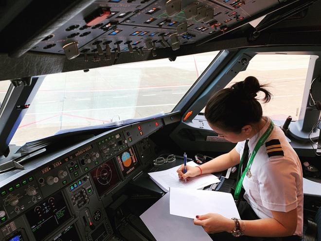 Hoa khôi Diệu Thuý: 23 tuổi rời showbiz vào nhà máy, 26 tuổi dốc cạn tiền tiết kiệm mạo hiểm học làm phi công - Hình 9