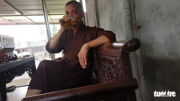 Lạ đời chuyện sư trụ trì cầm ly bia nói về việc thả chó cắn nát mặt Phật tử? - Hình 1