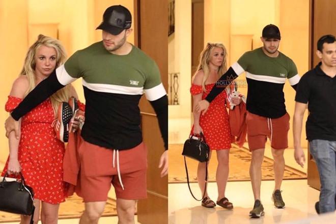 Britney Spears xuất hiện tiều tụy, bơ phờ bên bạn trai - Hình 1